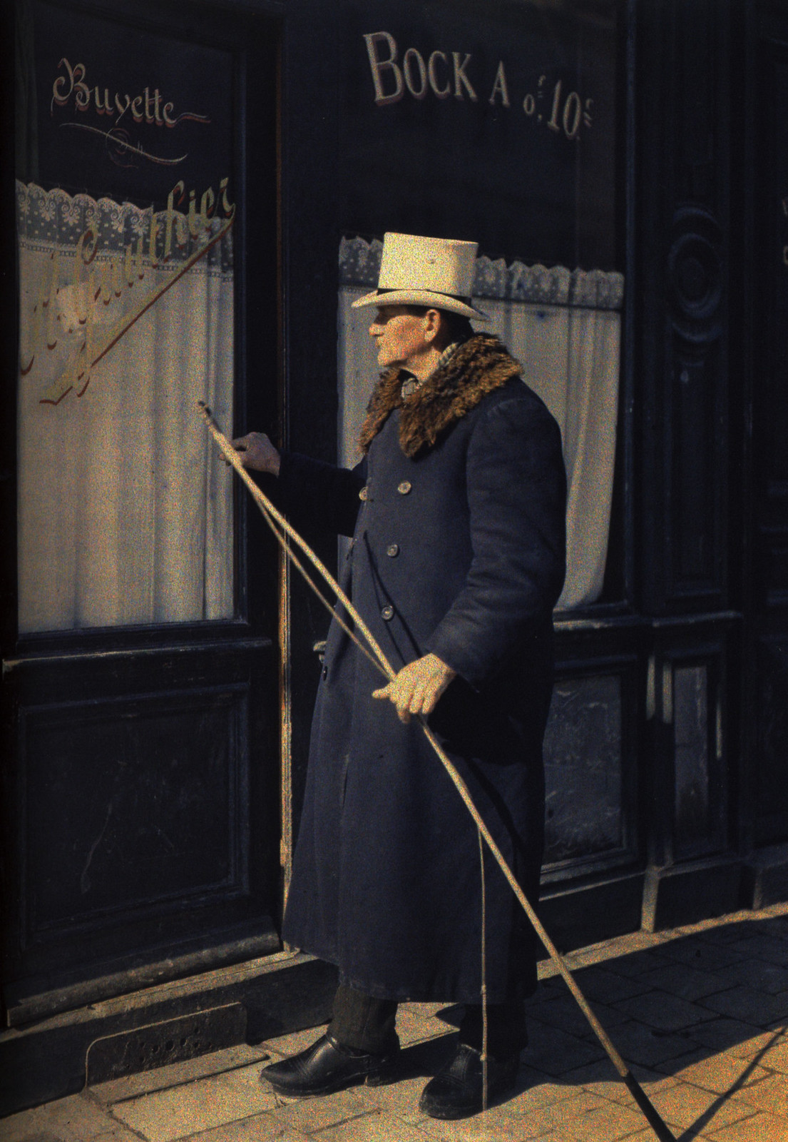 1915. Портрет кучера перед рестораном Готье в Реймсе