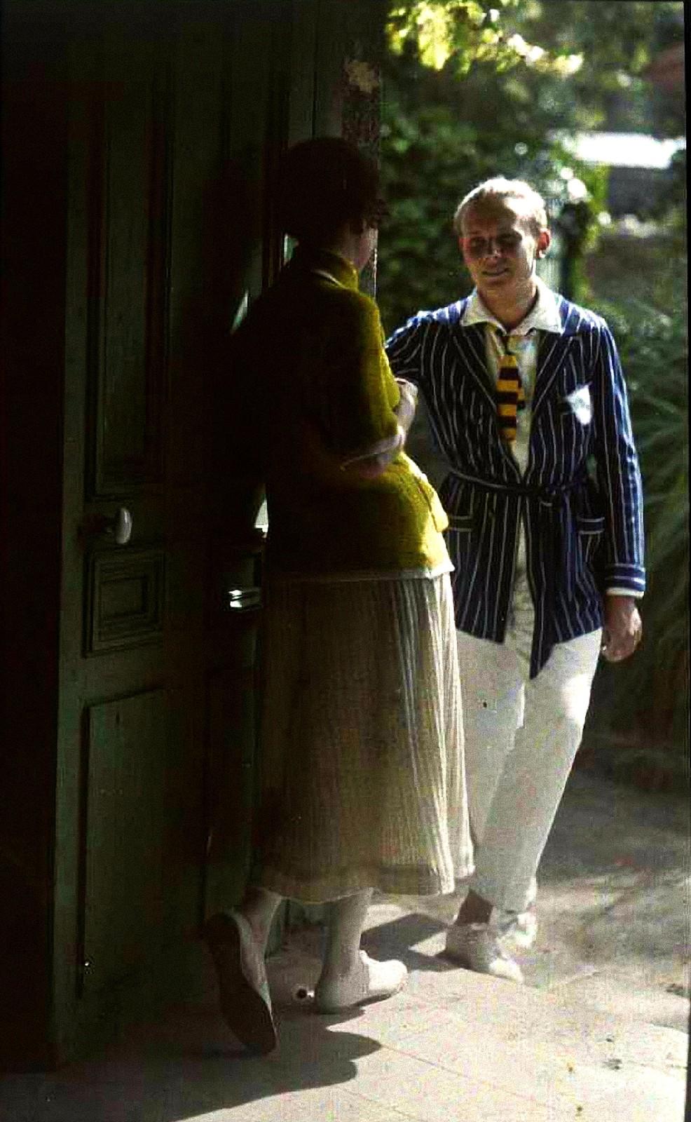 1921. Аделина Гейн и сын её Пьер на пороге дома