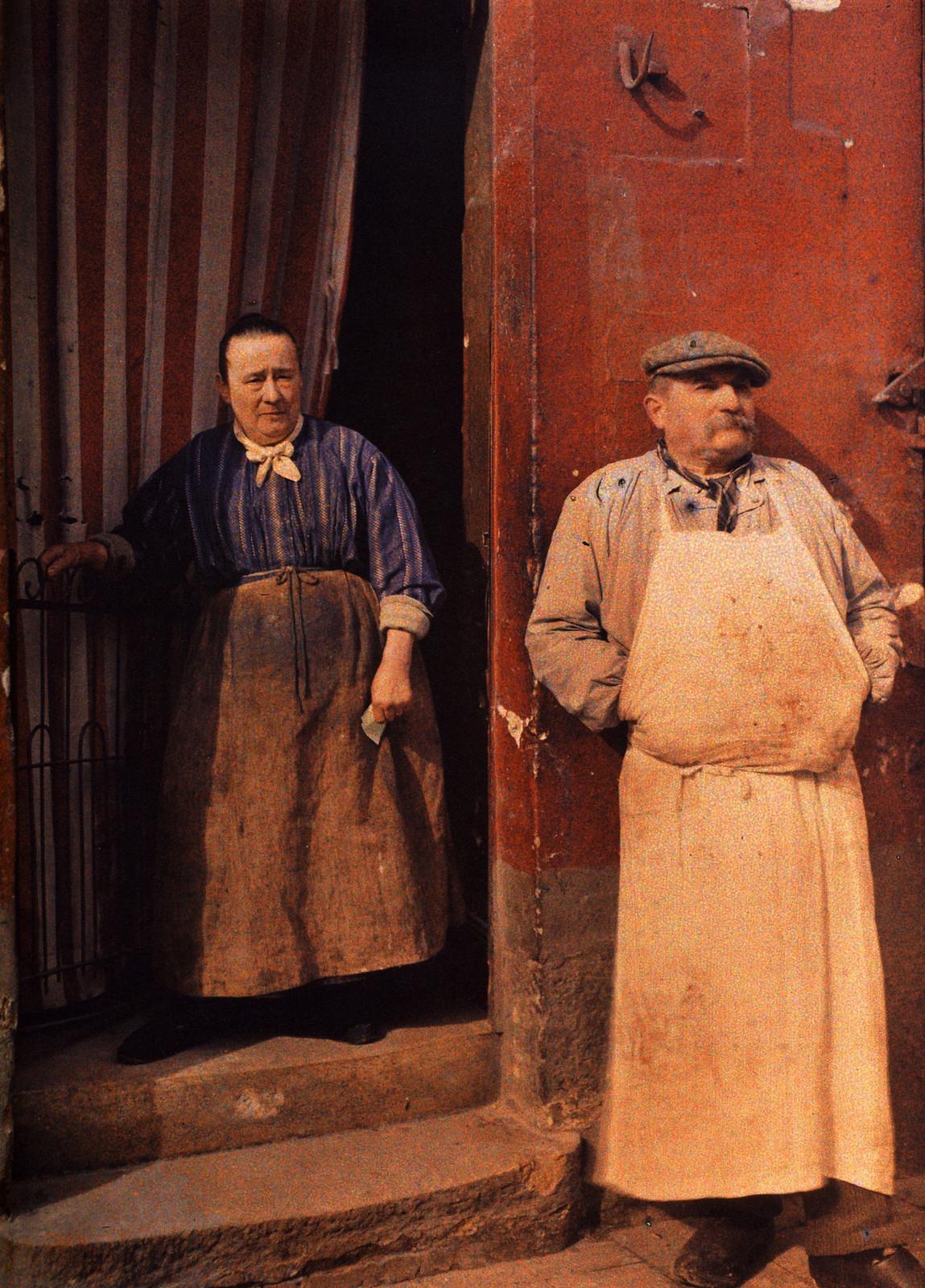 1917. Месье и мадам Minouflet перед их мясной лавкой в Реймсе