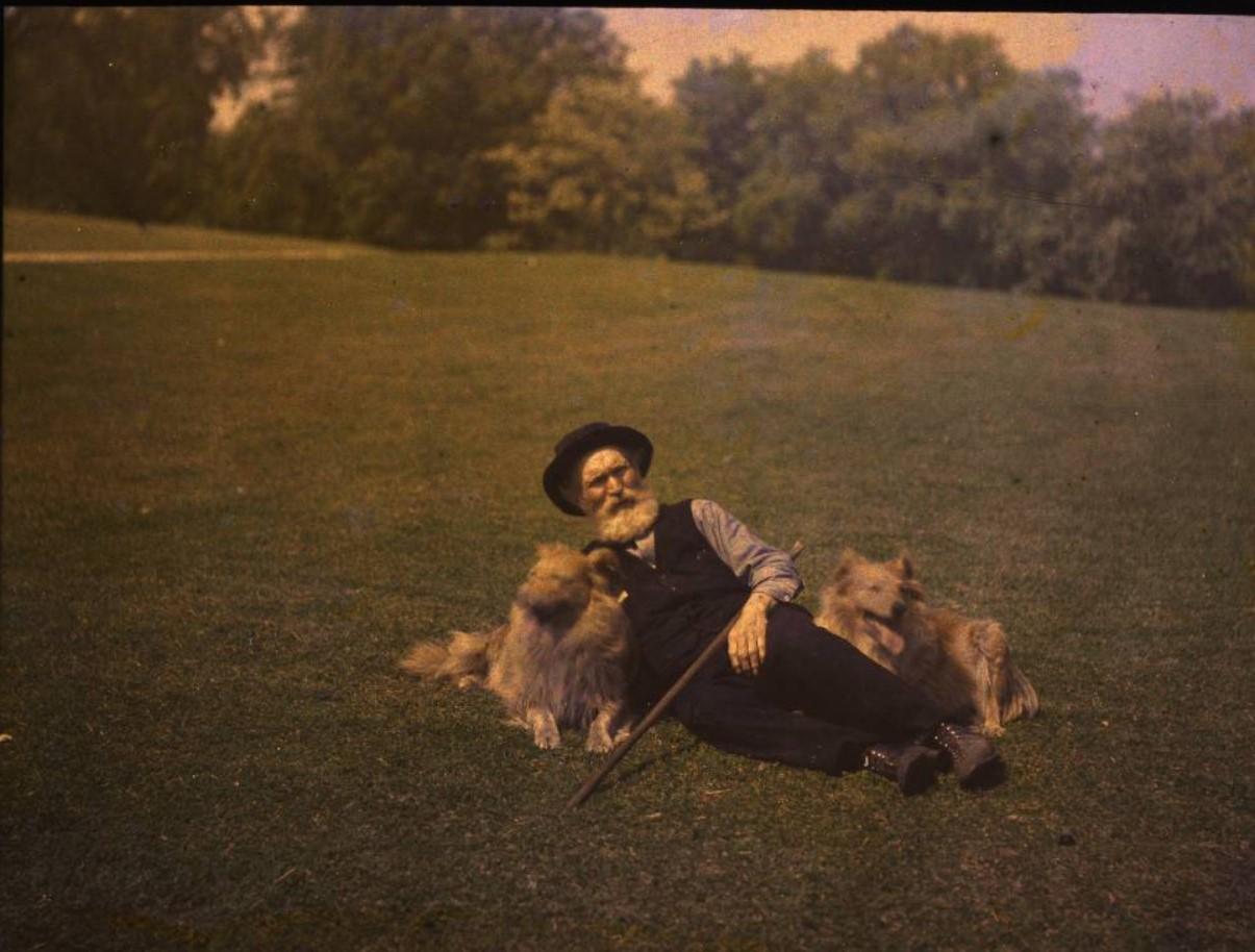 1915. Мужчина с собаками