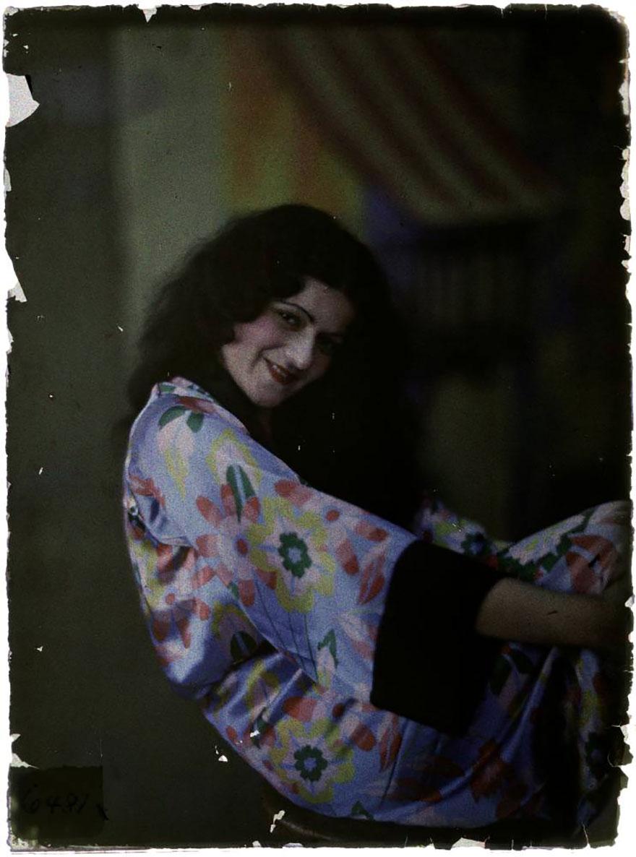 1915. Женщина в цветочном шелковом халате