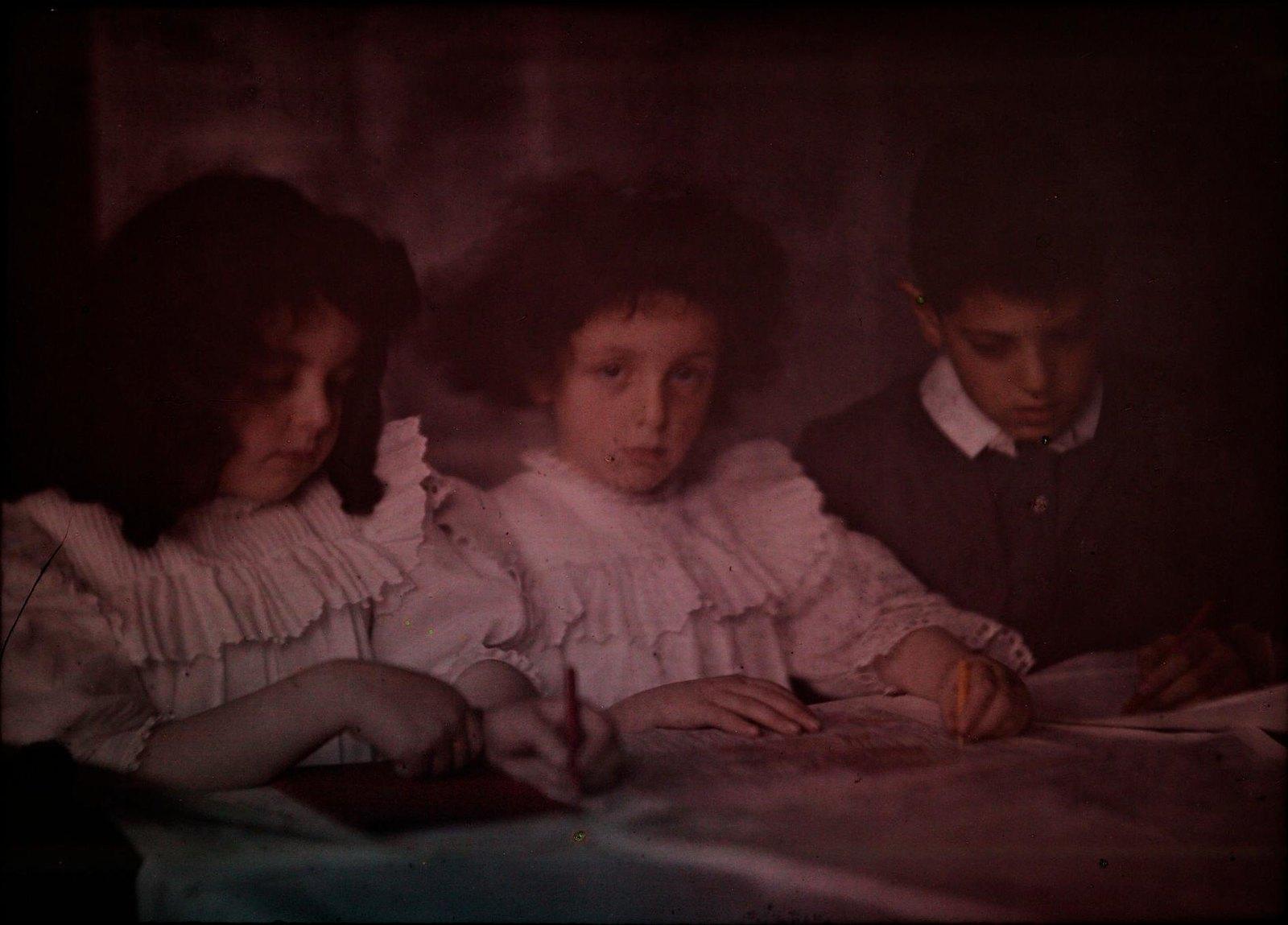 1915. Дети рисуют
