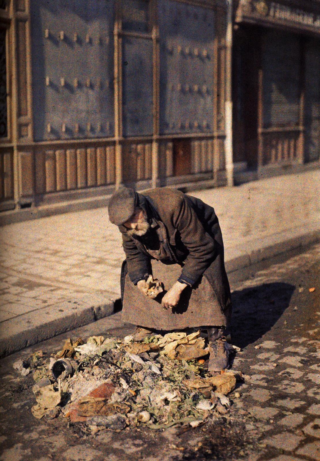 1917. Нищий что-то ищет среди мусора