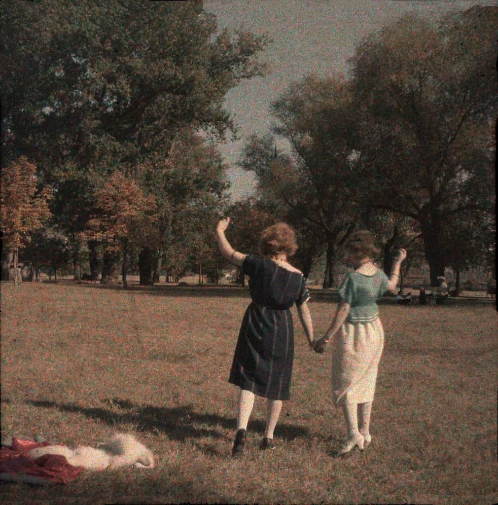 1920. Две женщины в парке