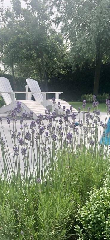 Wit houten tuinstoel landelijke tuin