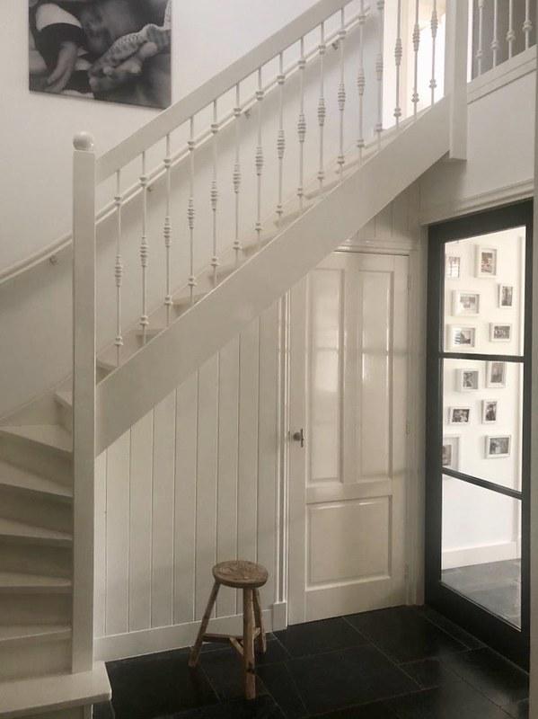 Witte trap hal natuurtinten