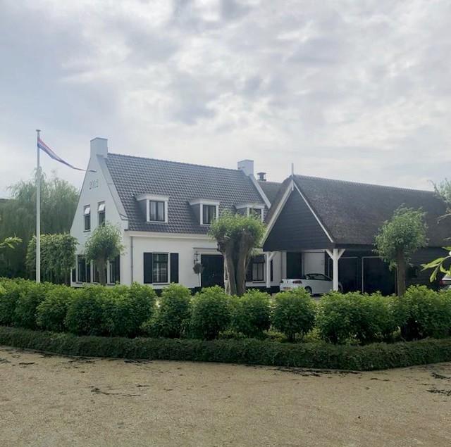 Wit met zwarte rietgedekte villa