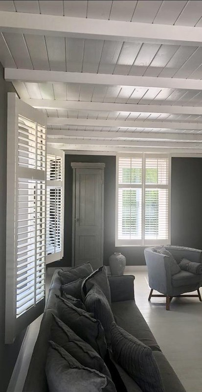 Woonkamer zwart wit naturel shutters