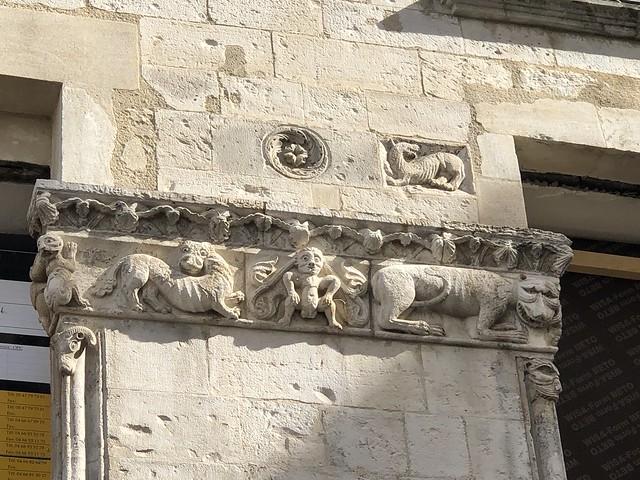 Bestiario medieval en una fachada del centro de Nimes