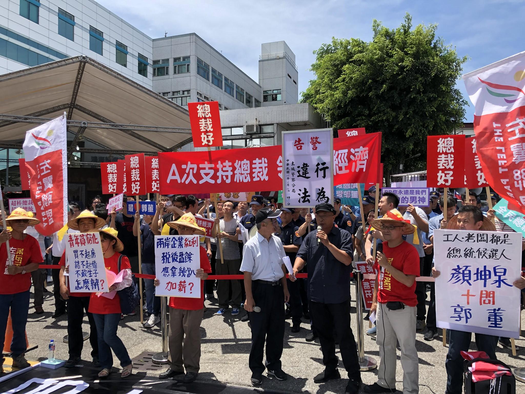 左翼聯盟在股東會場外踢館,要求郭台銘對話勞動政策。(攝影:王顥中)