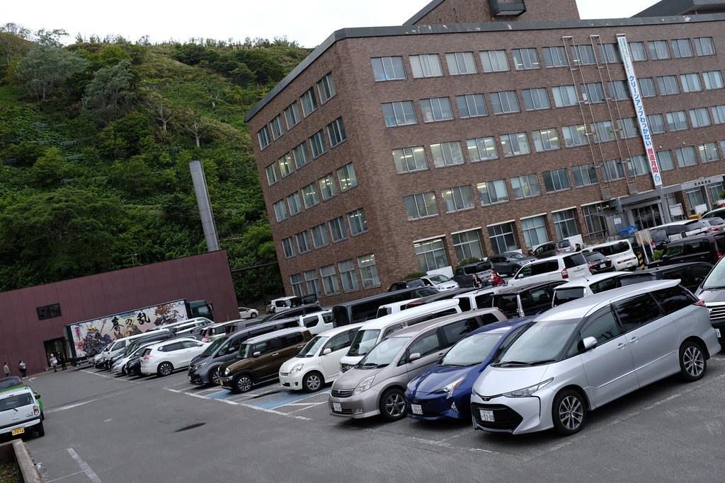 18時の稚内市役所、駐車場は満車