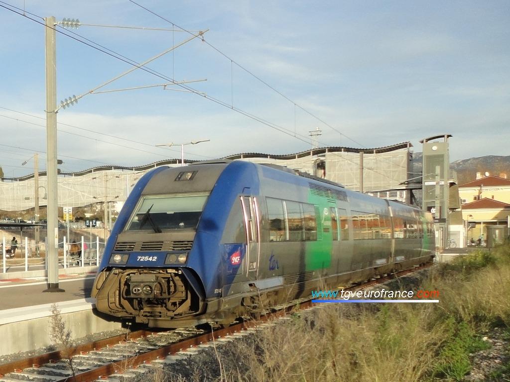 L'autorail thermique X72541-X72542 SNCF arborant le logo de la Région Auvergne