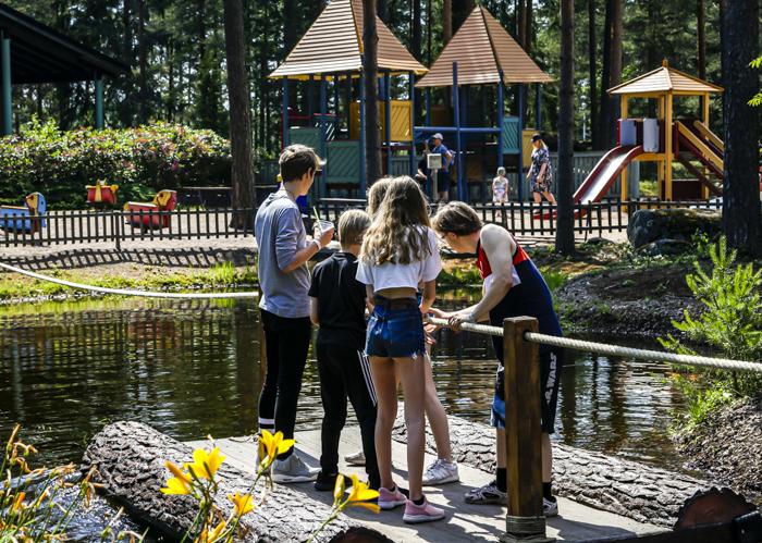 Tykkimäen huvipuisto Kouvola Tykkimäki laitteet joen ylitys Mukkelis Makkelis touhumaa
