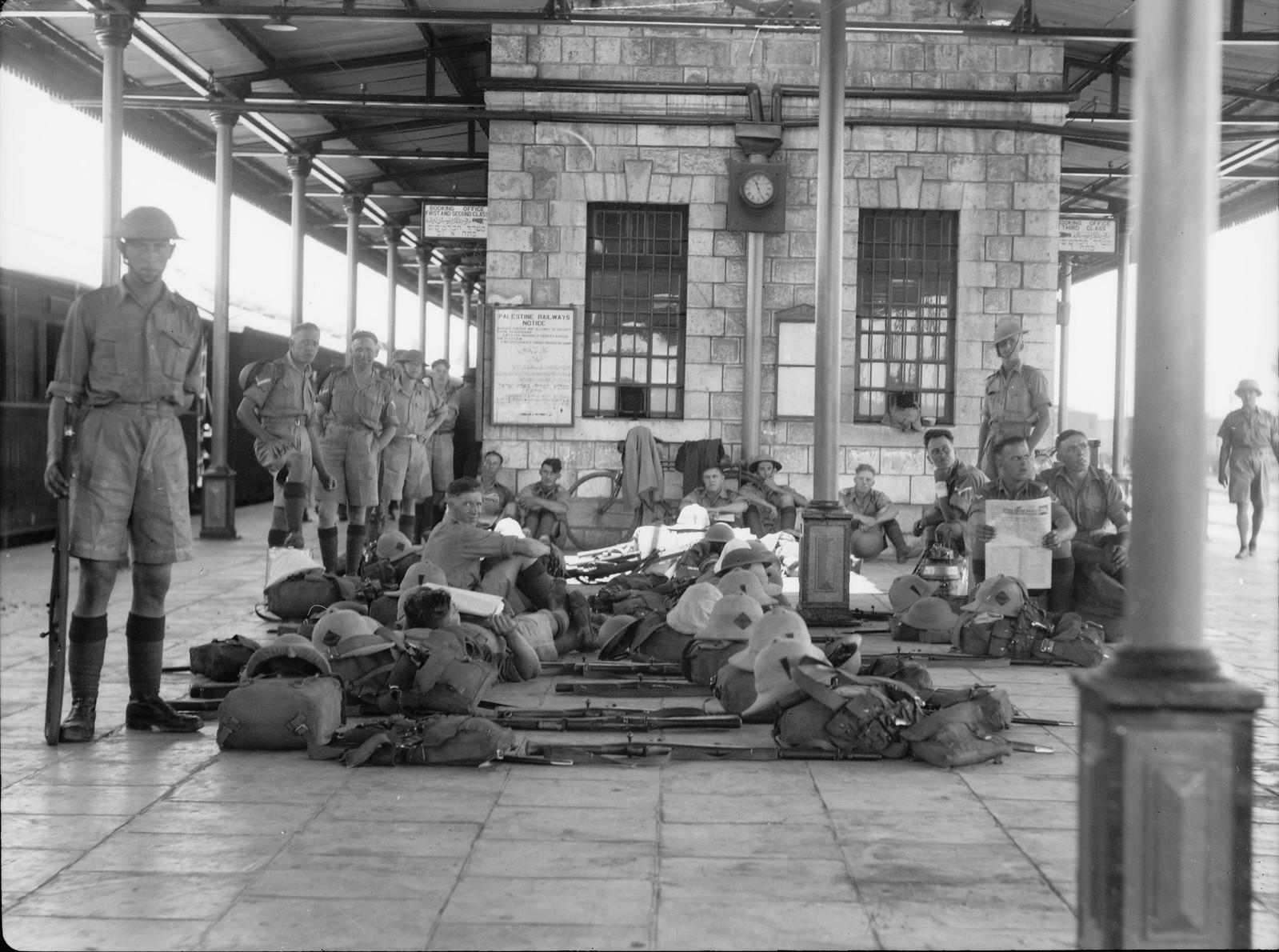 14. Лод. Солдаты в полном старяжении на железнодорожной станции