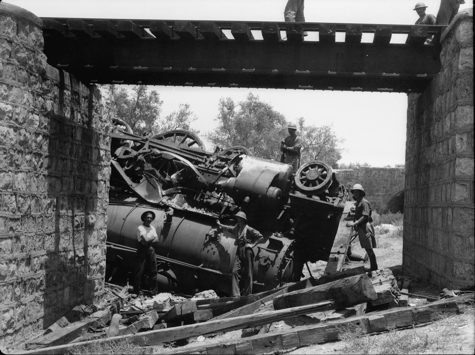 13. Лод. Перевернутый локомотив поезда возле моста Бейбарса