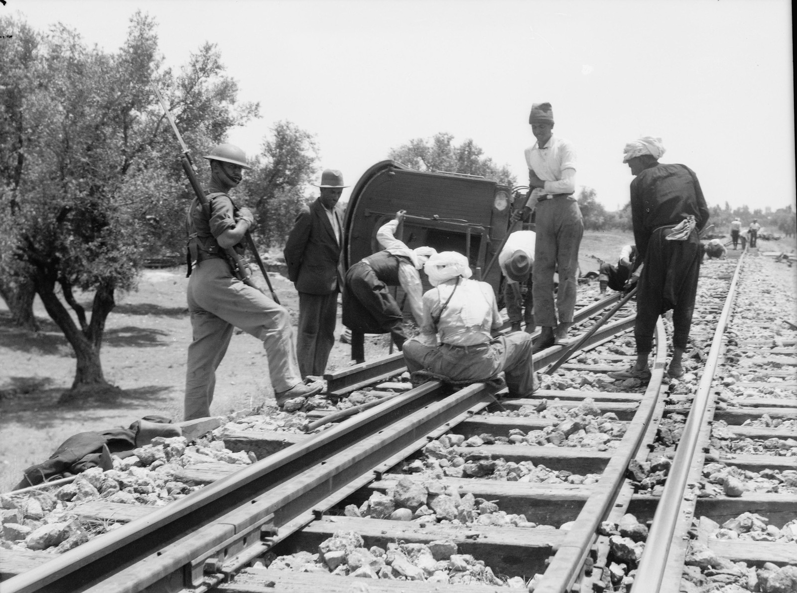 19. Кфар-Йона. Железнодорожные пути ремонтируются под военной охраной