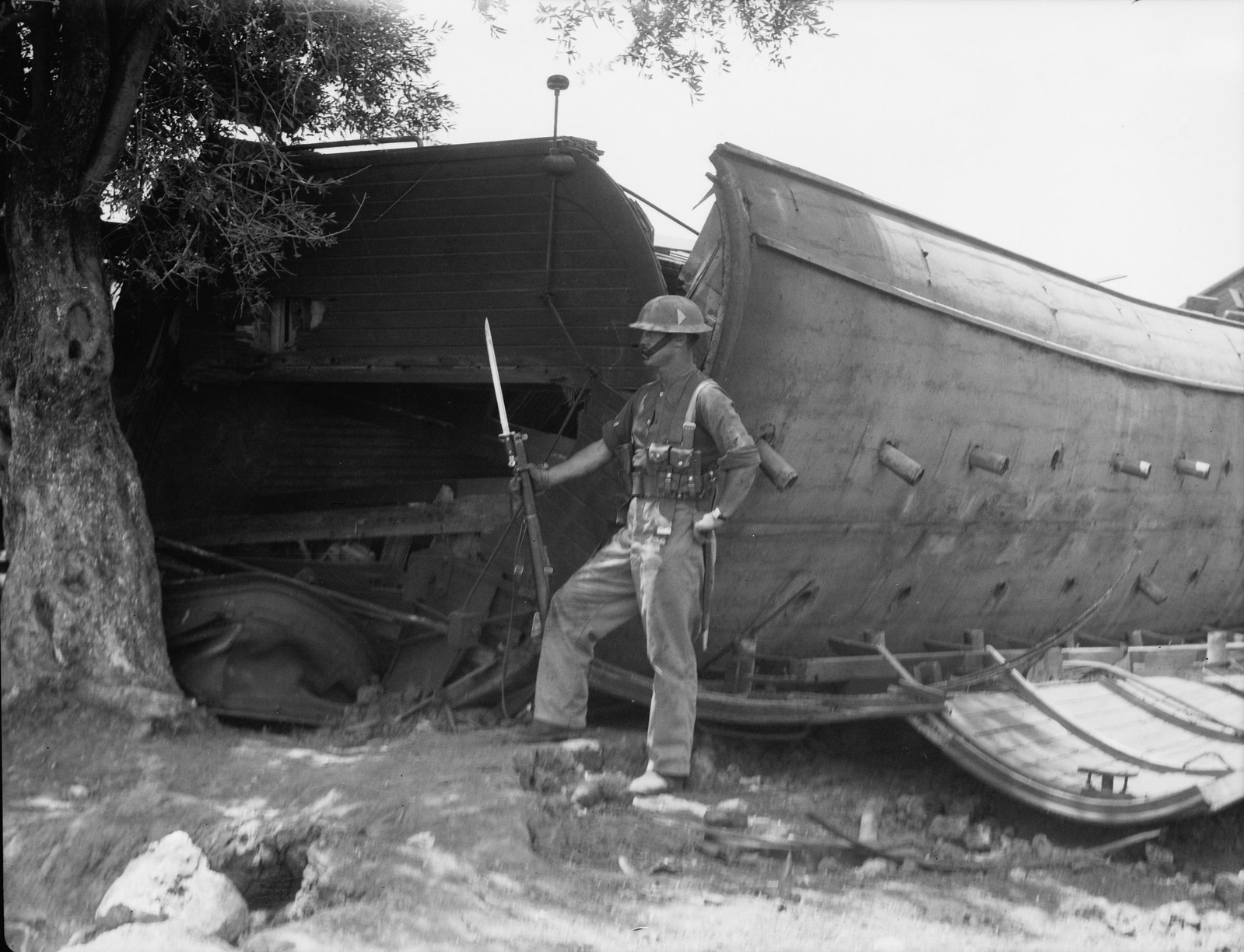 16. Кфар-Йона. Британский солдат охраняет место крушения поезда