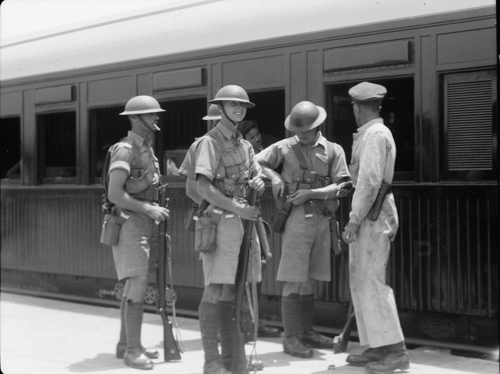 10. Лод. Британские войска несут службу по охране станции