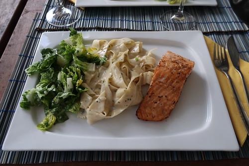 Auf der Haut gebratener Lachs zu Bandnudeln mit Gorgonzolasoße und Romana-Salat
