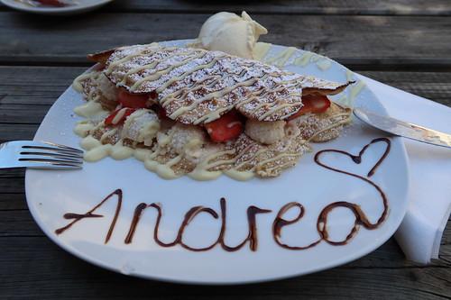 WonderWaffel mit weißer Schokoladensoße, Erdbeeren, Raffaello und Vanilleeis