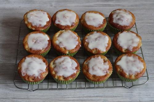 Rhabarbermuffins (gerade mit Zuckerguß bestrichen)