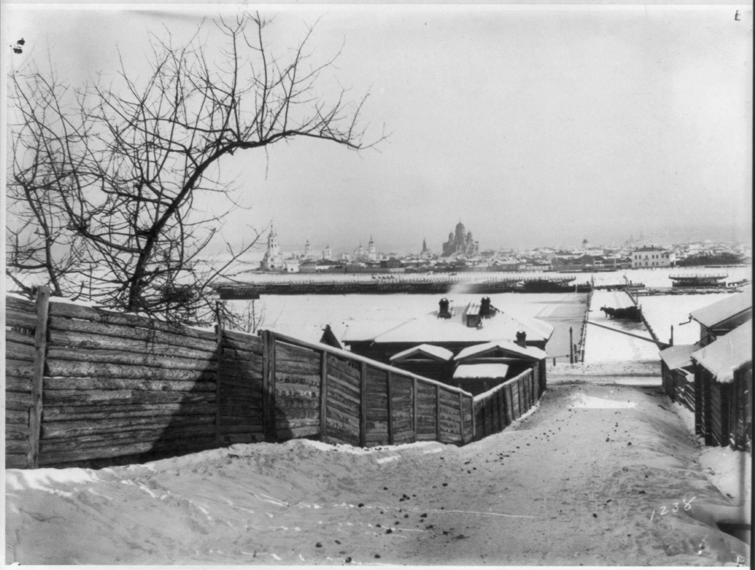 Иркутск. Подход к частично демонтированному понтонному мосту через Ангару в Иркутске зимой