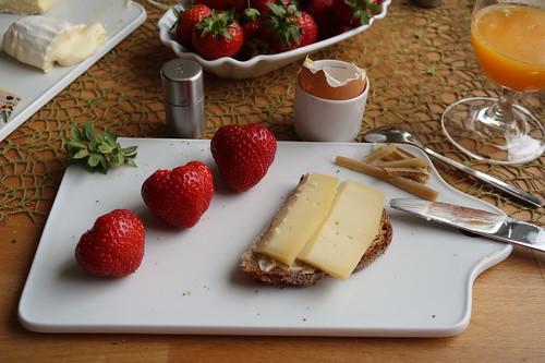 Alpkäsle auf Mayanna-Brot und Erdbeeren