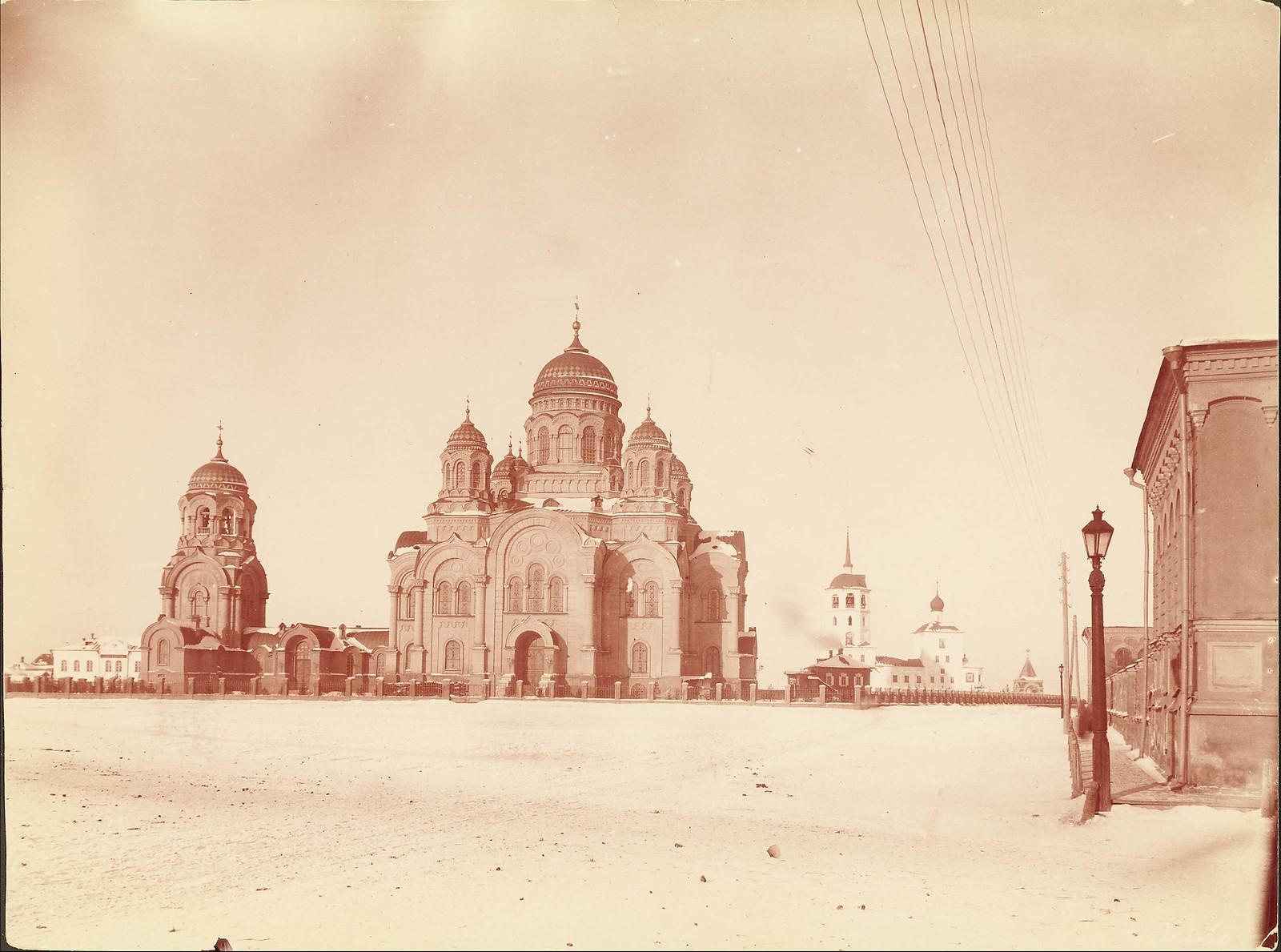 Иркутск. Кафедральный собор. Тихвинская площадь