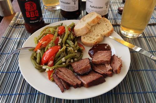 Gegrillte Querrippe mit Löwen BBQ Sauce, Bohnen-Tomaten-Salat und frischgebackenem Baguette (mein Teller)