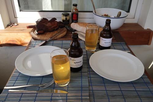 Gegrillte Querrippe mit Löwen BBQ Sauce, Bohnen-Tomaten-Salat und frischgebackenem Baguette (Tischbild)