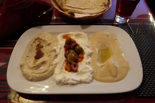 Baba Ghanug, Labneh, Hummus und Oliven mit Fladenbrot (als Vorspeise)