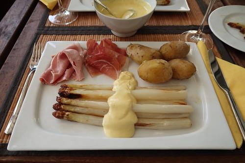Im Ofen gegarter Spargel mit neuen Kartoffeln, Sauce Hollandaise und zweierlei Schinken (mein Teller)