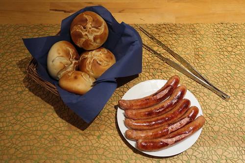 Käse-Krakauer und Kaiserbrötchen (servierbereit)