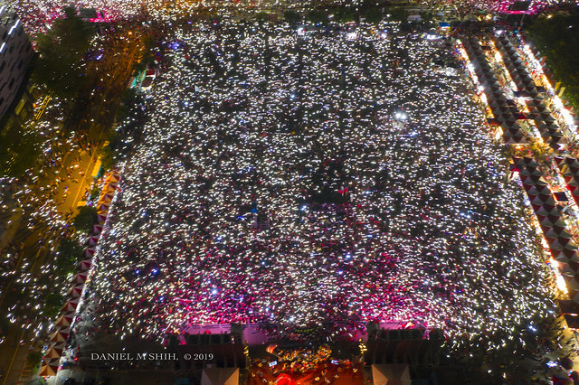 Sea of Smartphones Lights Up Supporters of Han Kuo-yu at the Taichung rally 手機燈海照亮韓國瑜台中造勢大會