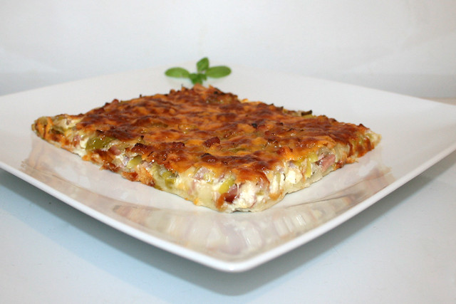 14 - Leek bacon pizza - Side view / Lauch-Schinken-Pizza - Seitenansicht