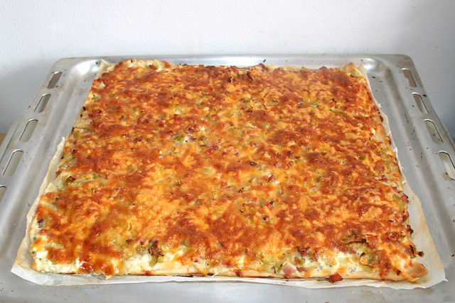 12 - Leek bacon pizza - Finished baking / Lauch-Schinken-Pizza - Fertig gebacken