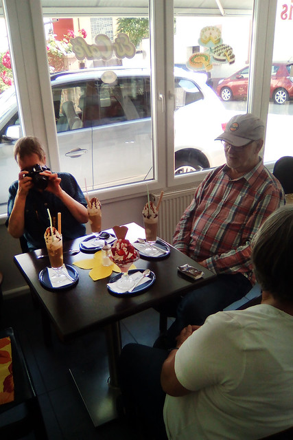21.06.2019 ... Eiscafé Neckarhausen ... Eiskaffee und Erdbeerbecher ... Foto: Brigitte Stolle