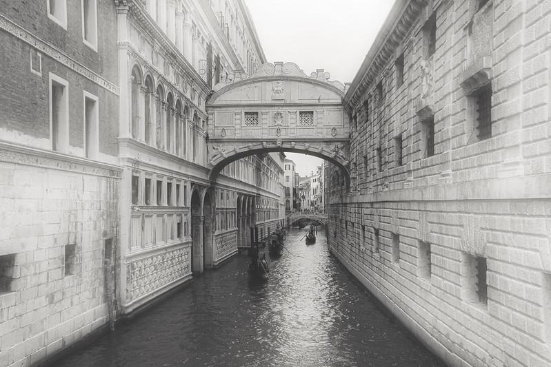 Venise en noir et blanc + Ajouts couleur 48115030842_e0d1ddf909_c