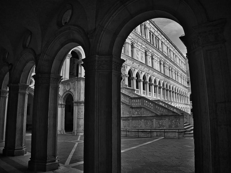 Venise en noir et blanc + Ajouts couleur 48115072127_f0f2cbbba0_c