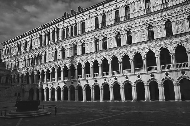 Venise en noir et blanc + Ajouts couleur 48115086697_57ce844c7f_c