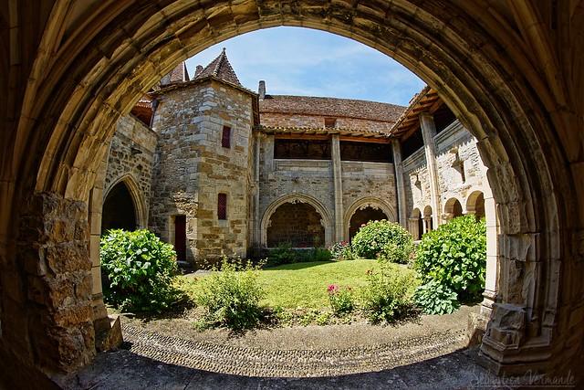 Cloître de l'eglise Saint Pierre à Carenac 46110 Lot Part 2