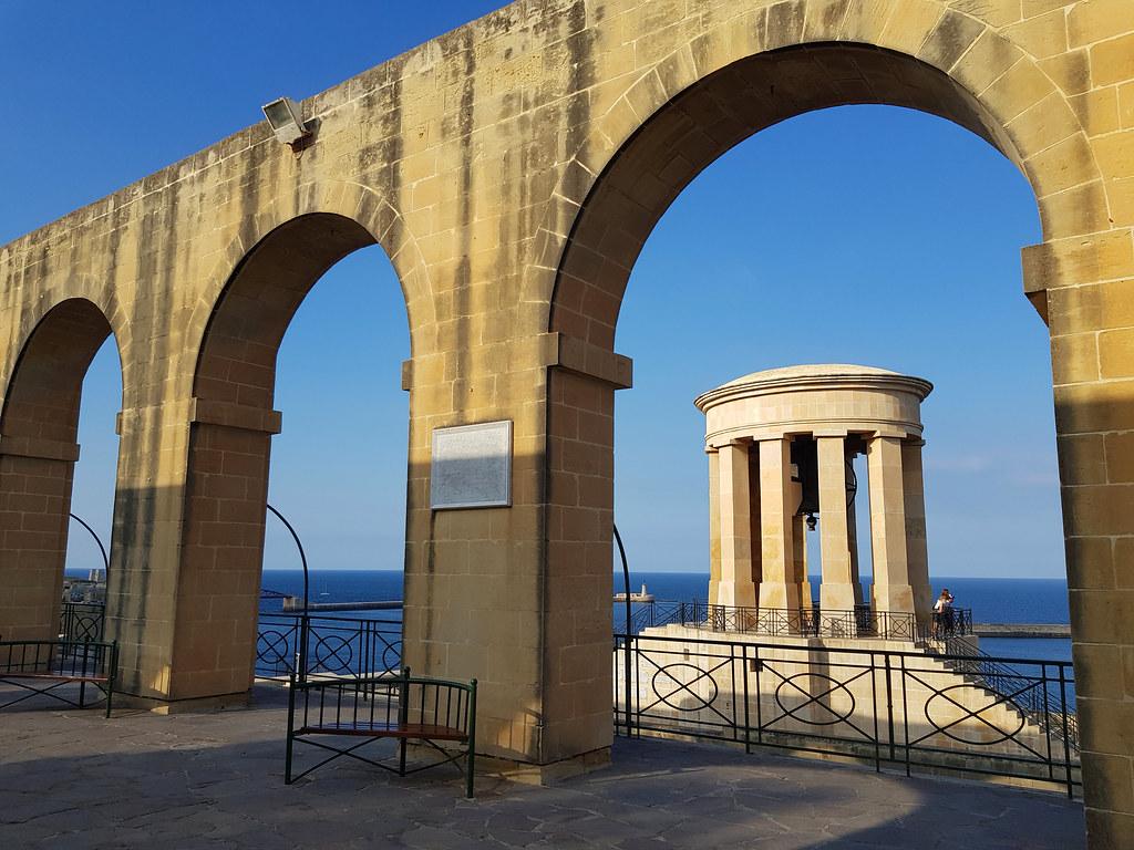 Widok z Dolnych Ogrodów Barrakka na Siege Bell War Memorial