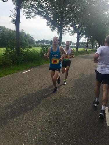 Eerste halve marathon lopers op hun weg terug naar de start.