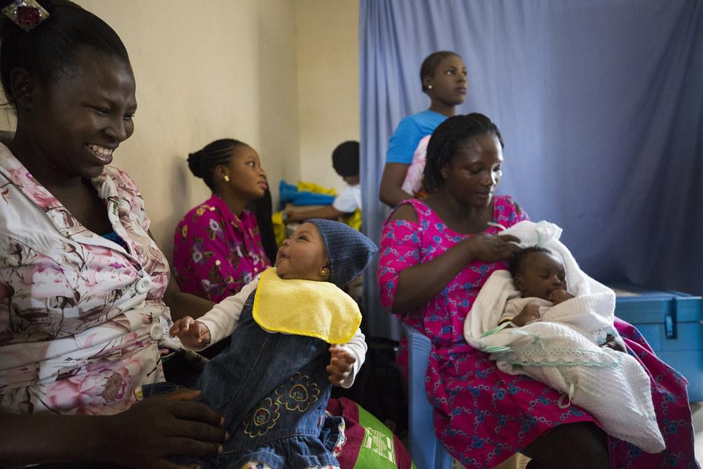 奈及利亞一家健康中心正在教授新手媽媽營養課程。Global Financing Facility(CC BY-NC-ND 2.0)