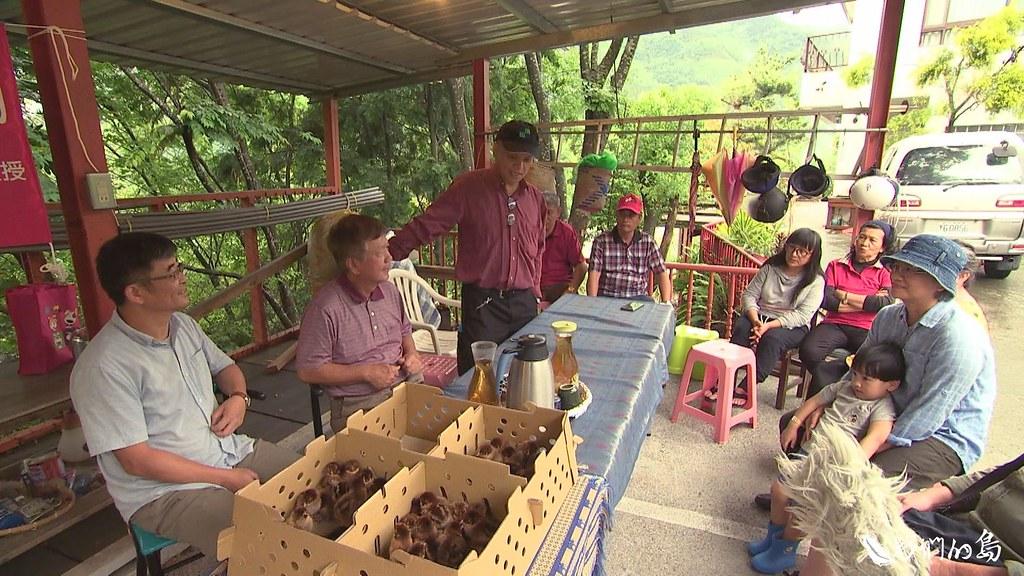 李淵百的布農族學生全國成,特地來到學校,護送小雞回鄉。