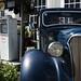 Antique Chevrolet devant une pompe à l'ancienne