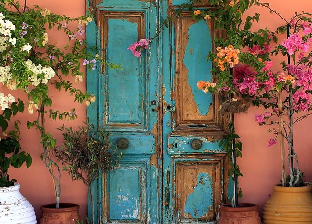 Old door und flowers
