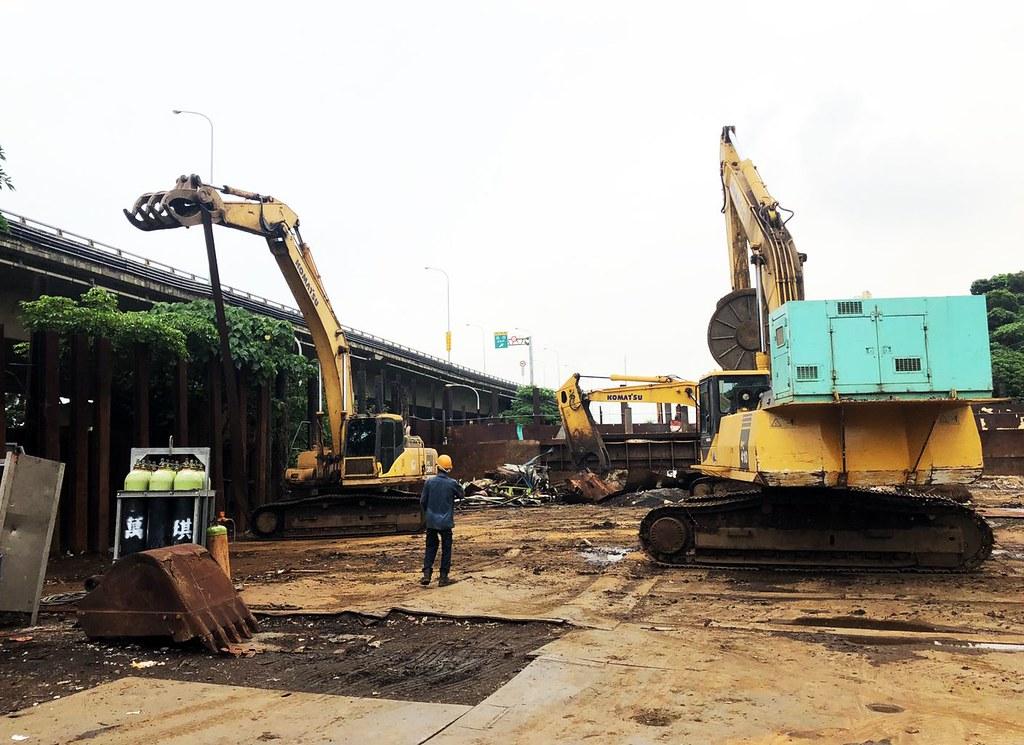 6月24日都發局到場強制拆除違規佔用農地的廢五金堆置場。圖片來源:高雄市政府。
