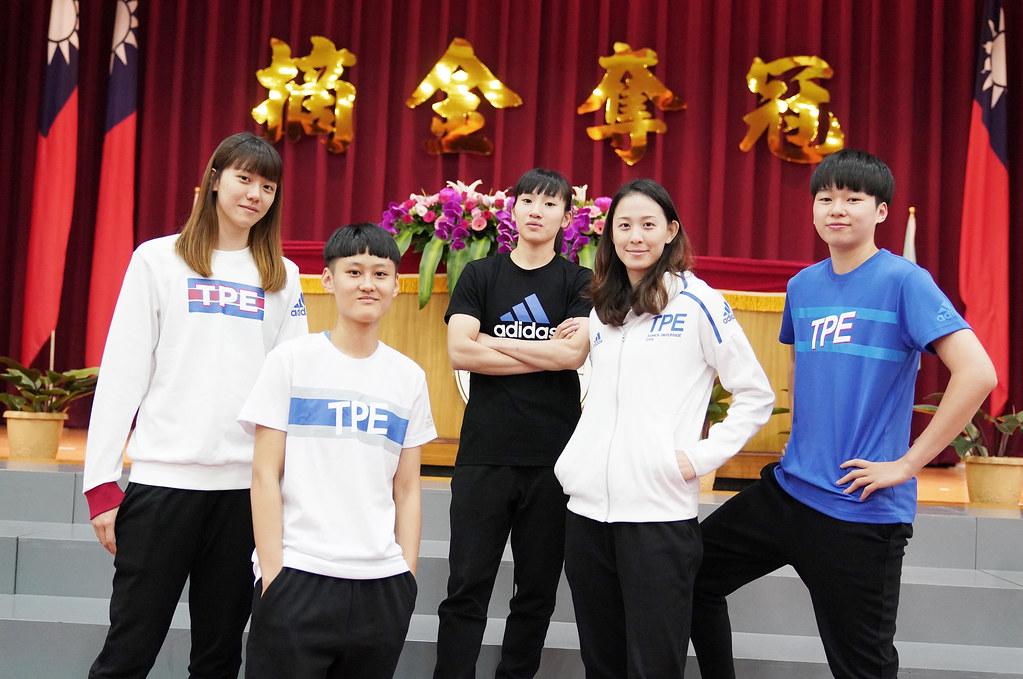 女籃展示世大運團服。(大專體總提供)