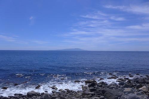 片瀬白田~伊豆稲取間での車窓の眺め。晴れていると伊豆諸島が正面に見える